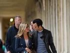 Em clima romântico, Jennifer Aniston e Justin Theroux passeiam por Paris