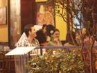 Sheron Menezzes ganha beijo do namorado durante jantar