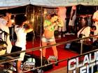 Claudia Leitte exibe barrigão de quase oito meses em show