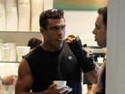 Vitor Belfort, que está se recuperando de cirurgia, toma sorvete com amigos