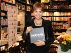 Letícia Colin aparece de visual novo em lançamento de livro