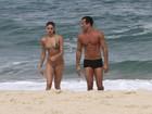 Malvino Salvador e Sophie Charlotte curtem Dia dos Namorados na praia