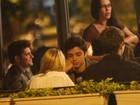 Bruno Gissoni e Rodrigo Simas se encontram com amigos em bar