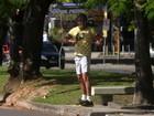 Alexandre Borges mantém a forma com exercícios na Lagoa, no Rio