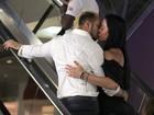 Apaixonados! Belo e Gracy trocam beijos em escada rolante de shopping