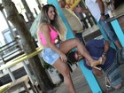 Fã beija pé de Mulher Melão durante passeio no Rio