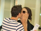 Murilo Rosa dá beijaço na mulher, Fernanda Tavares, em aeroporto