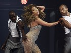 Uepa! Jennifer Lopez  vtima de mo boba de danarino em show
