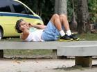 Todo dia é dia: Alexandre Borges faz abdominais no Rio