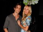 Candice Swanepoel vai a festa com namorado e toma champanhe