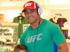 Vitor Belfort circula em aeroporto do Rio com o filho