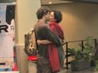 Letícia Sabatella e Fernando Alves Pinto se beijam após conferir peça