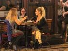 Danielle Winits bate papo com amigas em restaurante do Rio