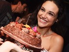 Débora Nascimento comemora aniversário em baile funk no Rio