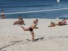 Homem elástico! Victor Pecoraro dá show em praia do Rio de Janeiro