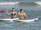 Gisele Itié faz stand-up surf com namorado no Rio