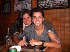 Ao lado da mãe, Rodrigo Simas comemora novo personagem na TV