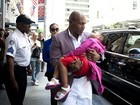 Brutos também amam! Mike Tyson carrega filha adormecida no colo