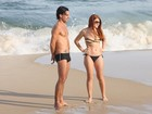 De biquininho, Mariah Rocha vai à praia com o namorado, no Rio