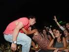 Fã agarra Thiago Martins durante show