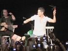 Ex-RBD Christian Chávez ganha chicote sadomasoquista de fã no Rio