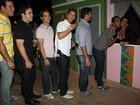 Homens fazem fila para receber beijo de Solange Gomes em festa junina