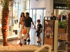 Murilo Bencio passeia com o filho em shopping carioca