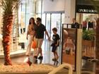 Murilo Benício passeia com o filho em shopping carioca