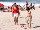 Patrícia Poeta joga bola com o filho na praia do Leblon