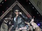 De shortinho, Rihanna se apresenta em festival em Londres