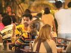Bruno Garcia janta com a filha em restaurante carioca
