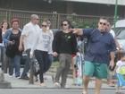 Família feliz: Jennifer Lopez curte praia com namorado e filhos no Rio