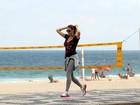 Luana Piovani exibe cinturinha em caminhada na orla de Ipanema