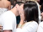 Ex-BBB Rafa beija muito em boate carioca