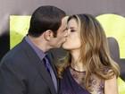 Após boatos de que seria gay, John Travolta ganha beijo da mulher