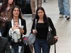 Cynthia Howlett embarca com o filho caçula em aeroporto