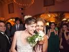 Sophie Charlotte pega buquê no casamento de Luma Costa