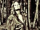 Só de jaqueta, Mari Paraíba posa na floresta para 'Playboy': 'Muito frio'