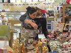 Recuperada de bronquite, Isis Valverde namora em loja de posto