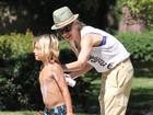 Mãezona, Gwen Stefani passa protetor solar no filho em programa família