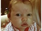Muito fofa! Jessica Simpson divulga foto da filha recém-nascida