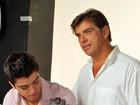 Rodrigo Simas posa com o pai para campanha