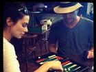 Cleo Pires e Rodrigo Lombardi jogam gamão em aeroporto