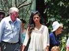 Com blusa soltinha, Camila Alves disfarça suposta gravidez