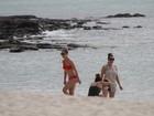 De biquíni vermelho, Jennifer Lopez mostra o corpão e namora em praia de Fortaleza