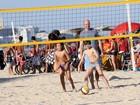 Separado,Tande curte praia com o filho na Zona Sul do Rio
