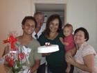 Solange Couto comemora aniversário em casa, com a família