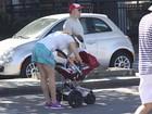 Luana  Piovani leva o filho para passear na orla no Rio