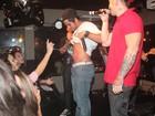 Bernardo Mesquita provoca fãs e levanta a camisa em boate