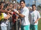 Roni e Adauto, de 'Avenida Brasil', jogam futebol em partida beneficente